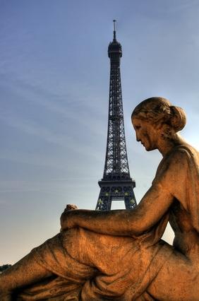 Paris - Goldene Statue hält den Eiffelturm